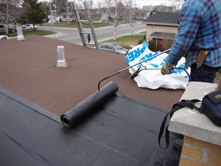 flat roof worker